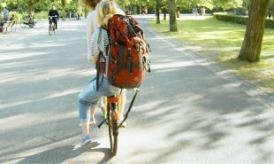 Amsterdam scheme lets visitors hitchhike on the back of locals' bicycles